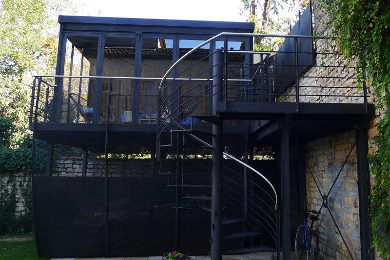 Salon d'été en hauteur avec terrasse et escalier -Athias Architecte