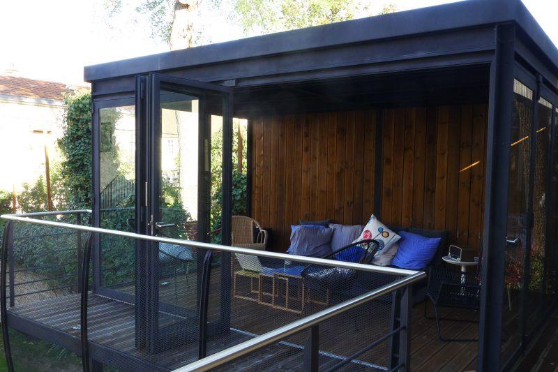 Salon d'été avec de larges baies vitrées -Athias Architecte